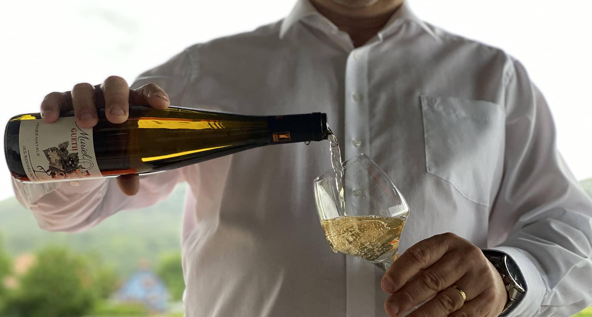 se servir un vin du domaine gueth gueberschwihr